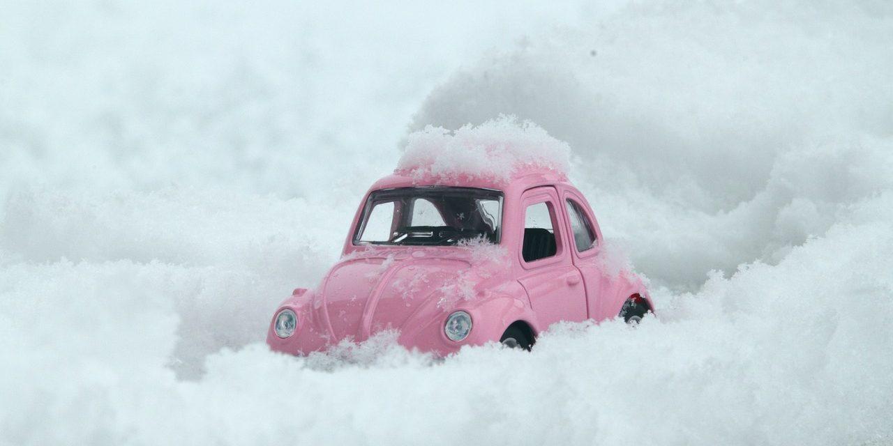 Wat moet je verplicht in de auto hebben op wintersport?